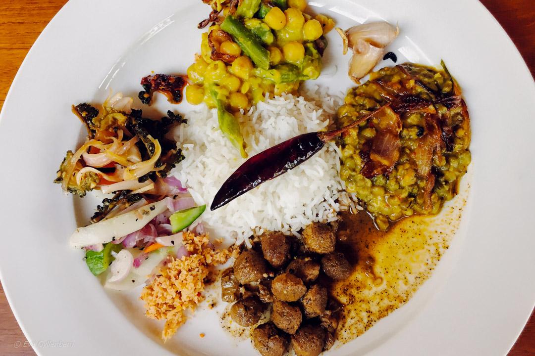 Sri Lankesiska curries, dhals och sambol
