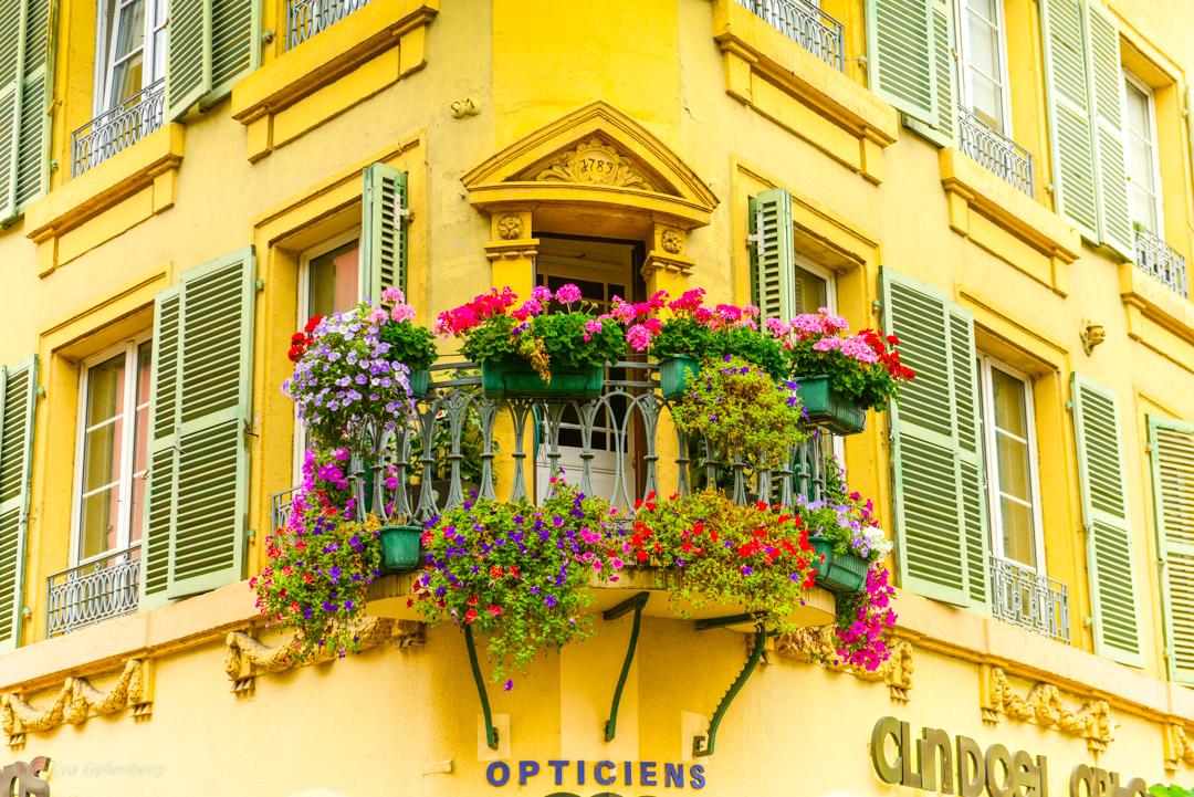 Blomsterfylld balkong i Colmar