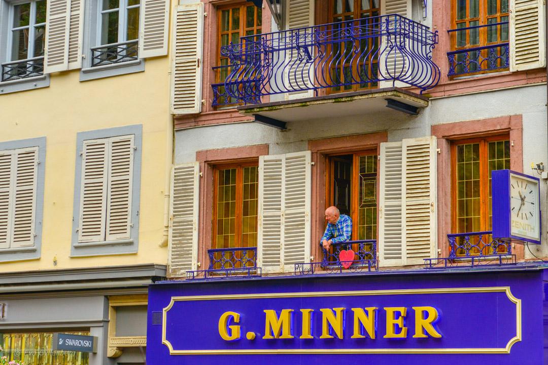 Man med hjärta i ett fönster i Colmar