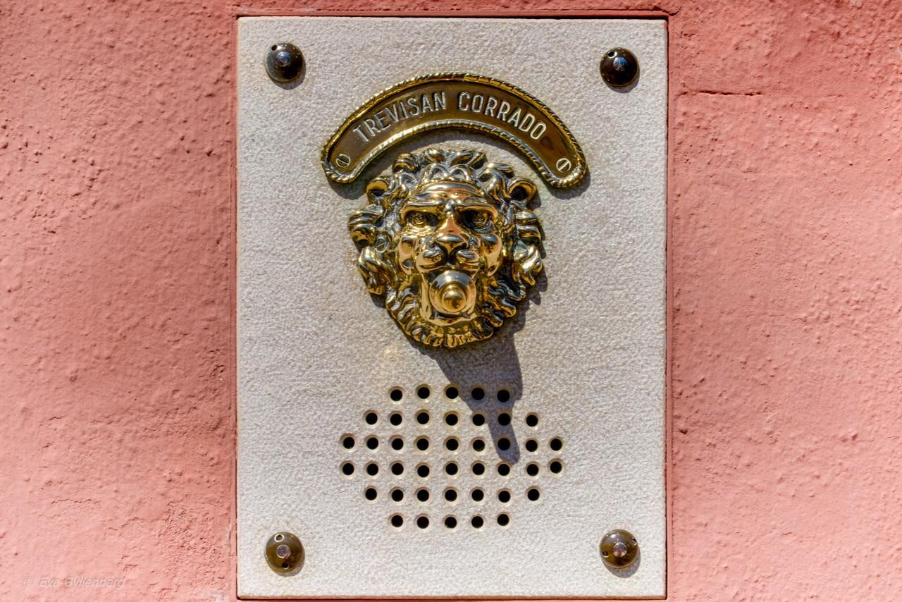Rosa hus med lejonklocka - Burano - Venedig - Italien