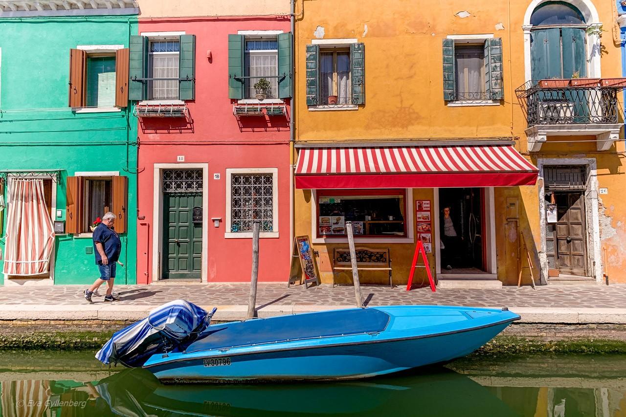 Man på promenad i Burano - Venedig - Italien
