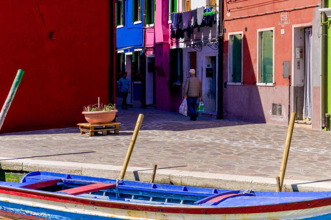 Lokalbor i gränd på Burano - Venedig - Italien