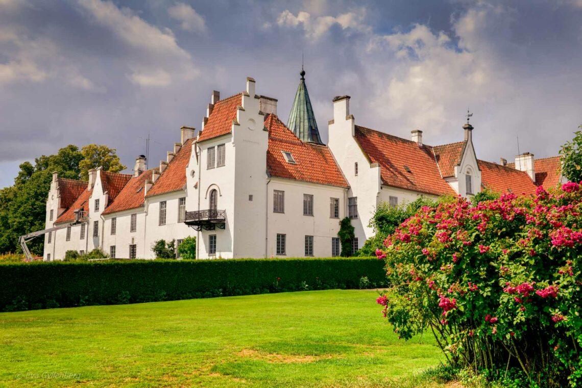 Bosjökloster - En fotoberättelse bland rosor, torn och gamla ekar 1