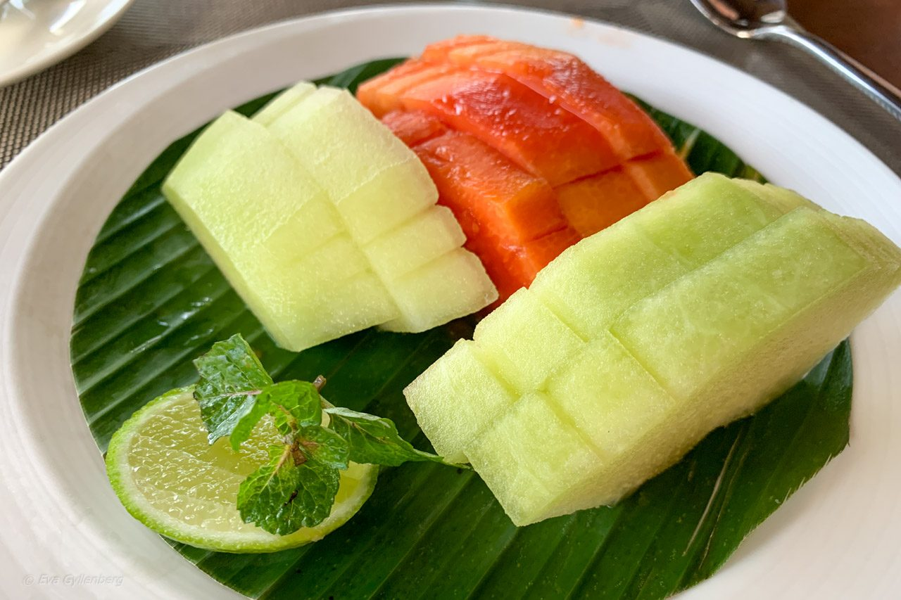 Frukost på Dwaraka Royal Villas