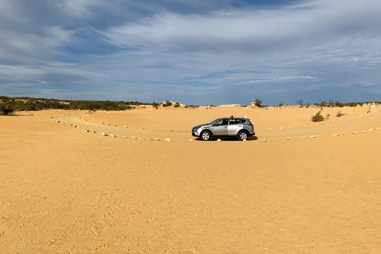 Vår hyrbil - Pinnacles desert - Australien