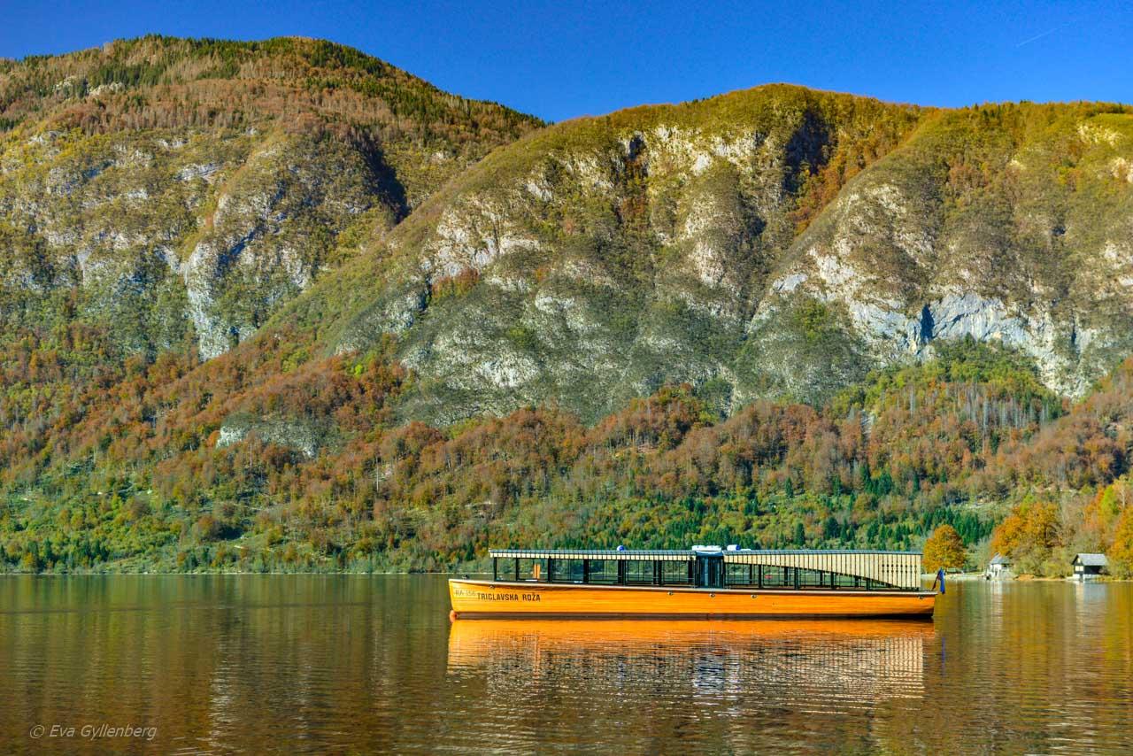Utflyktsbåt på Lake Bohinj - Slovenien