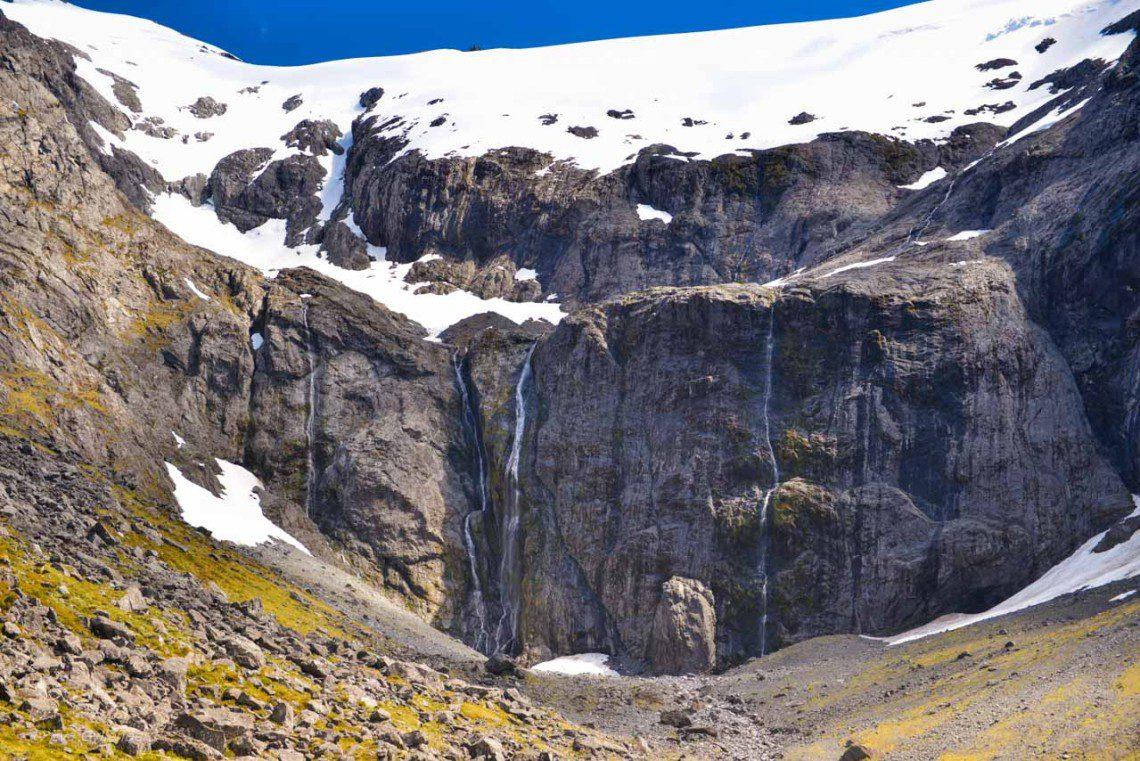 Mängder av vattenfall på vägen till Milford Sound