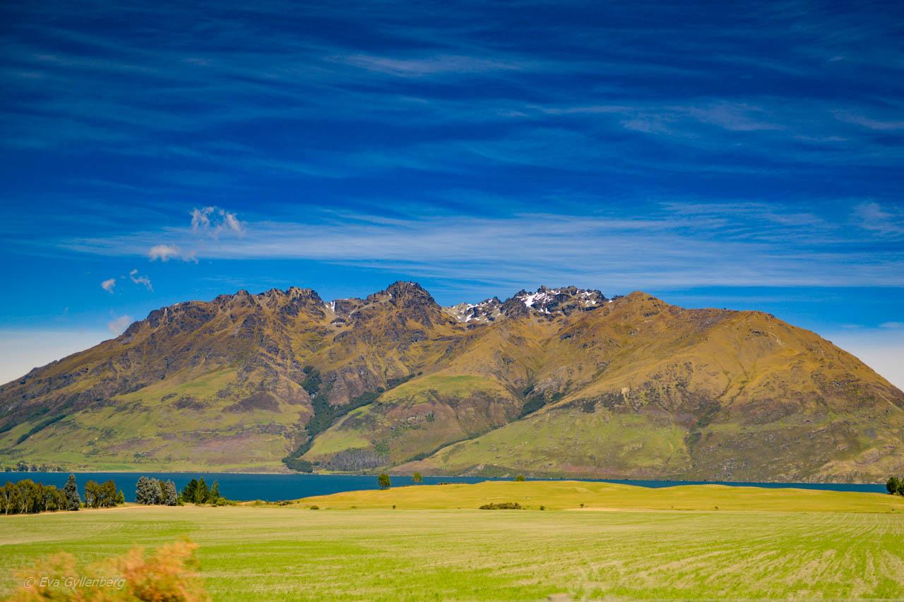 Landskapen är stora utefter vägen till Milford Sound