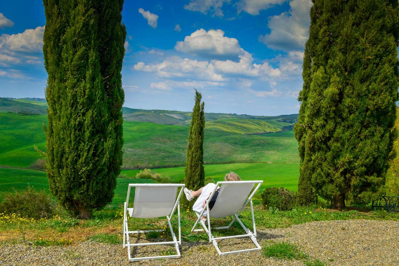 Eva på en stol i Toscana
