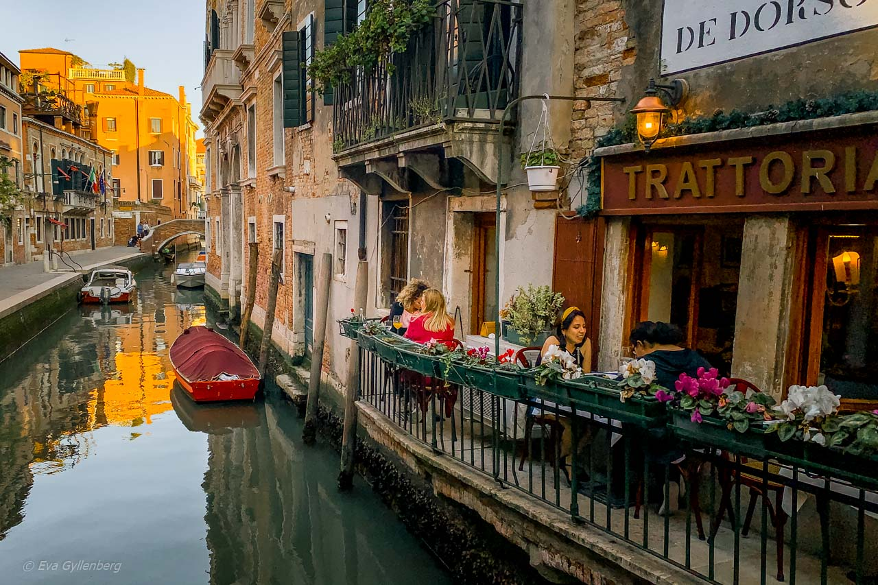 Restaurang vid en liten kanal i Venedig