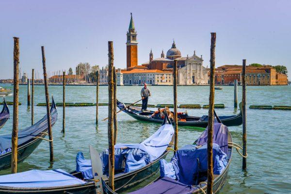 Lagunen och gondolier i Venedig