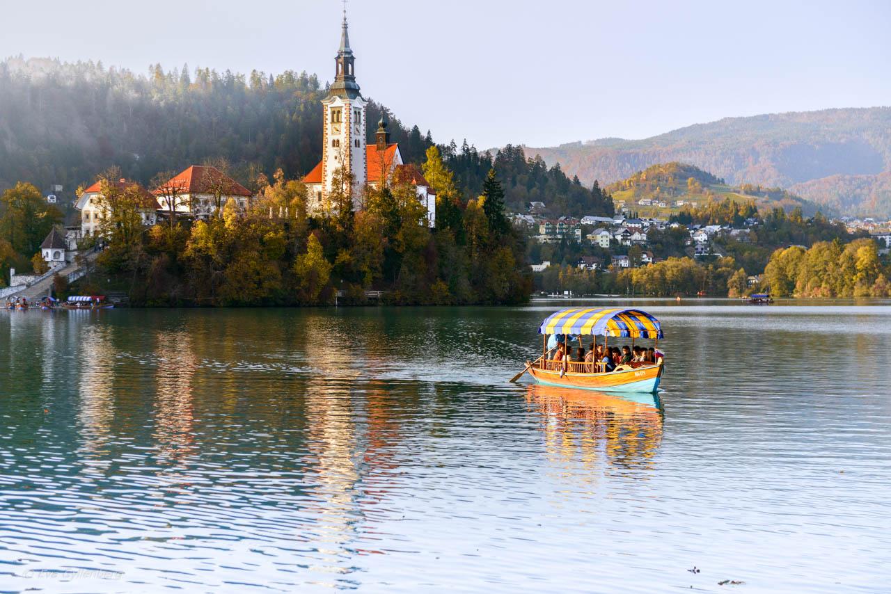 Bledsjön i Slovenien med en båt