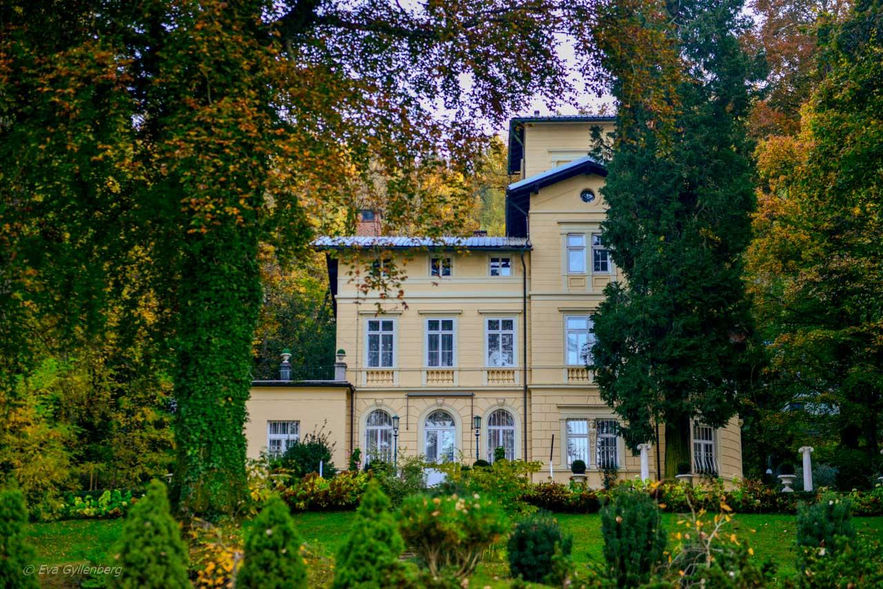 En av alla vackra gamla hus vid Bledsjön