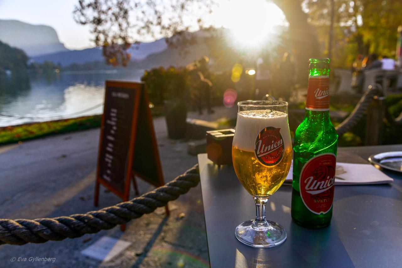 En kall öl i solnedgången vid Bledsjön