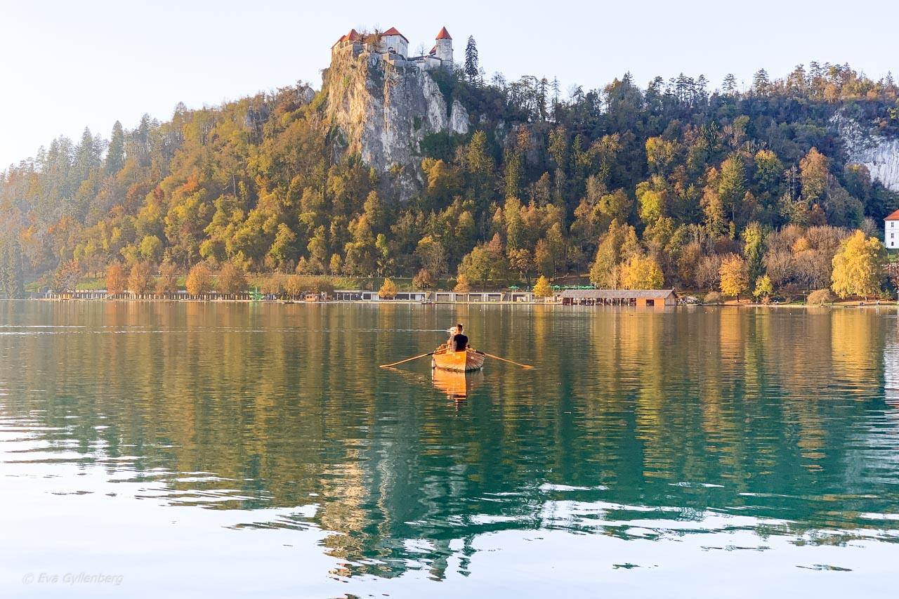 Roddbåt på Bledsjön vid slottet