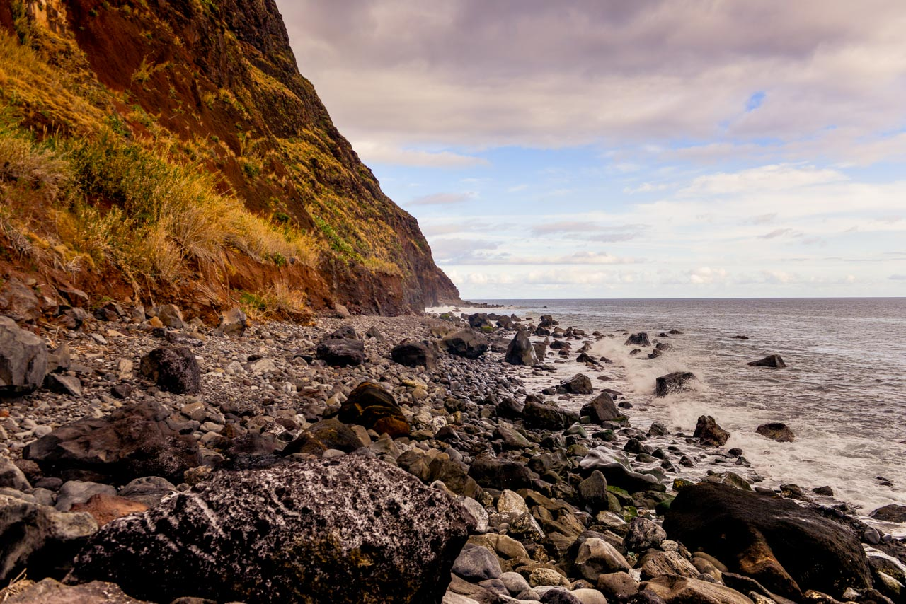 Strandens klippor vid Faja Dos Padres