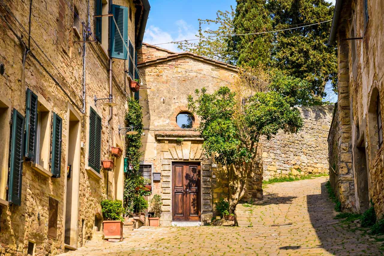 Fina små hus i Volterra