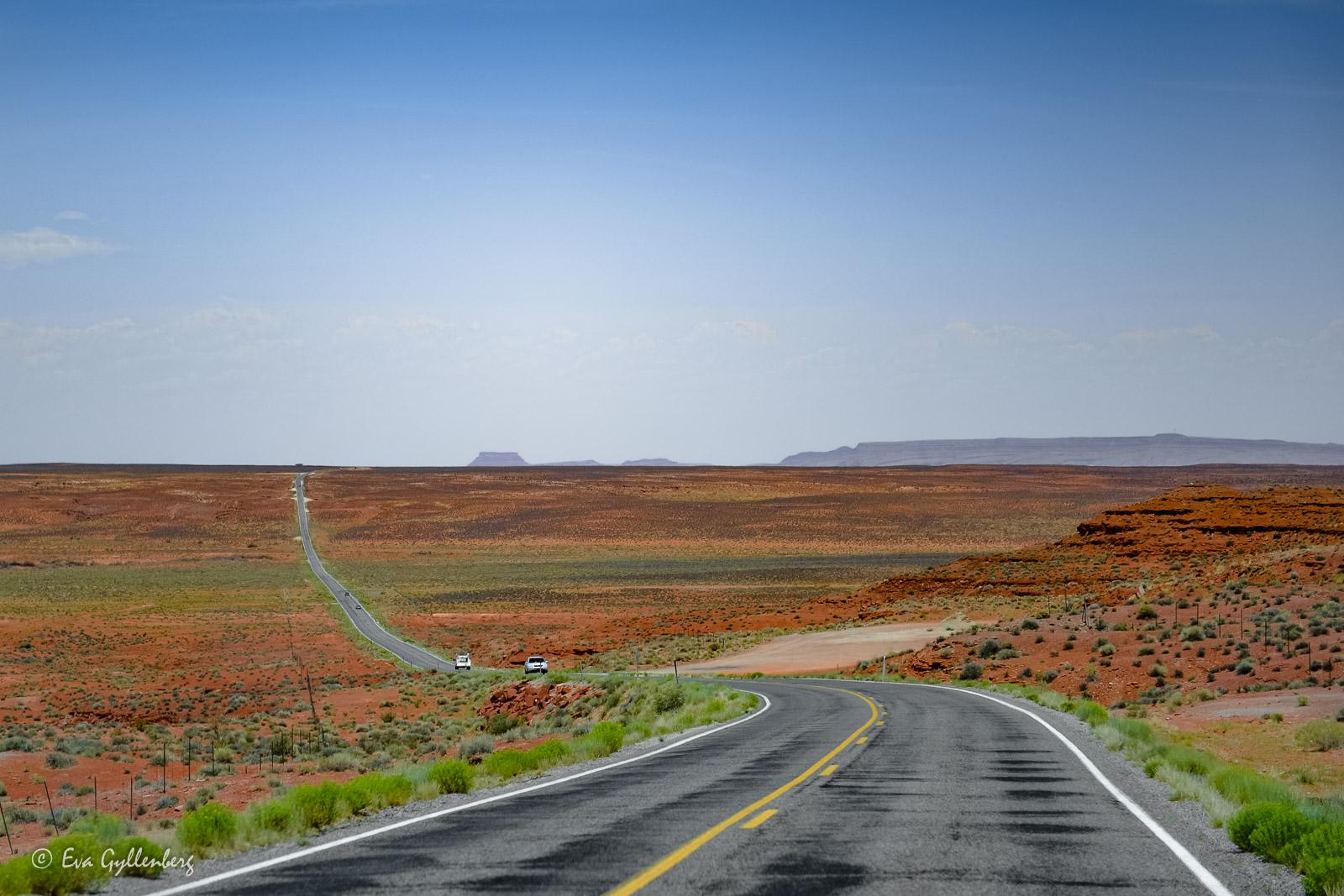 Långa ödsliga vägar i Monument Valley