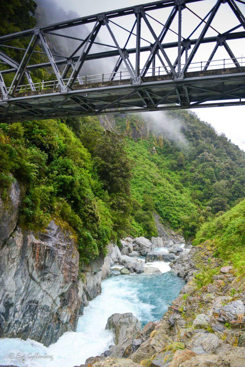 Bilväg med vattenfall