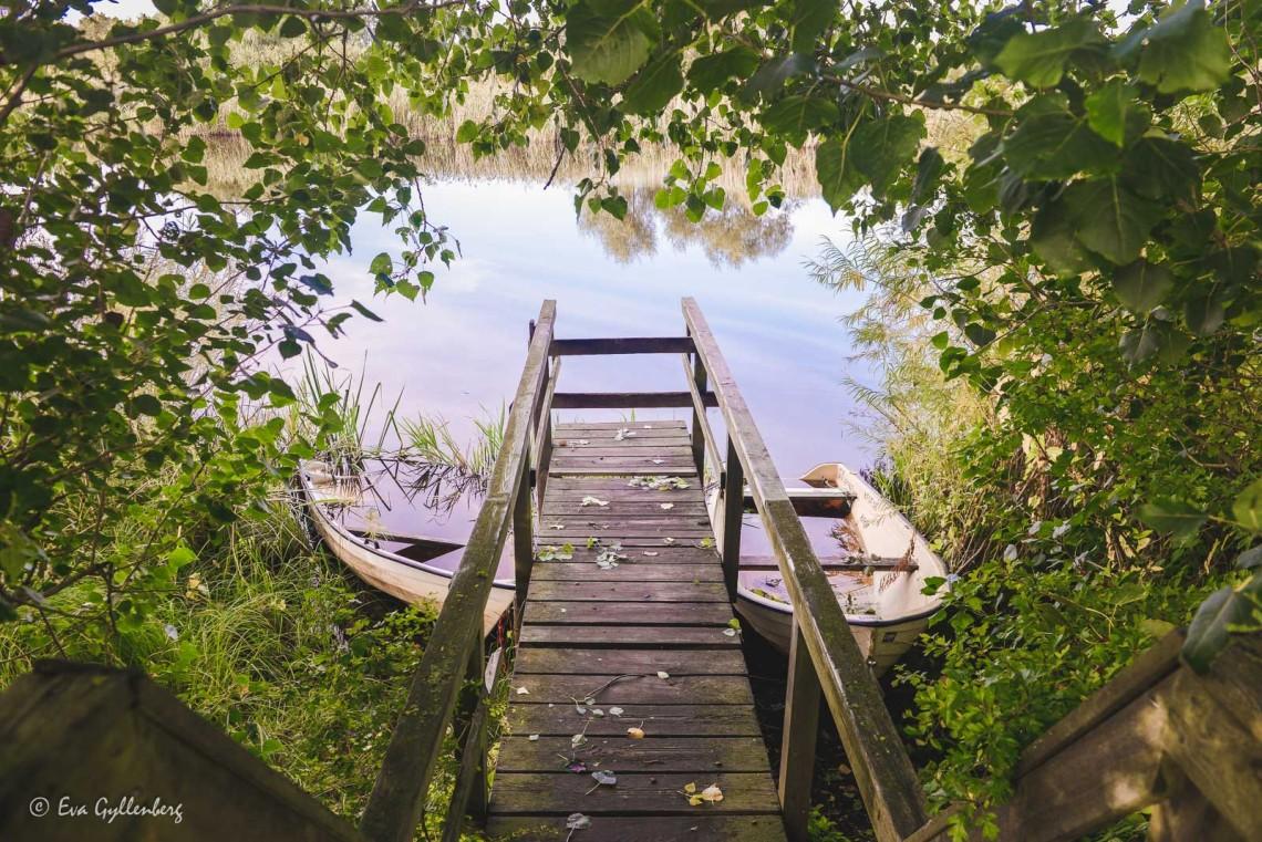 Vattenfyllda båtar utefter Linnerundan i Vattenriket