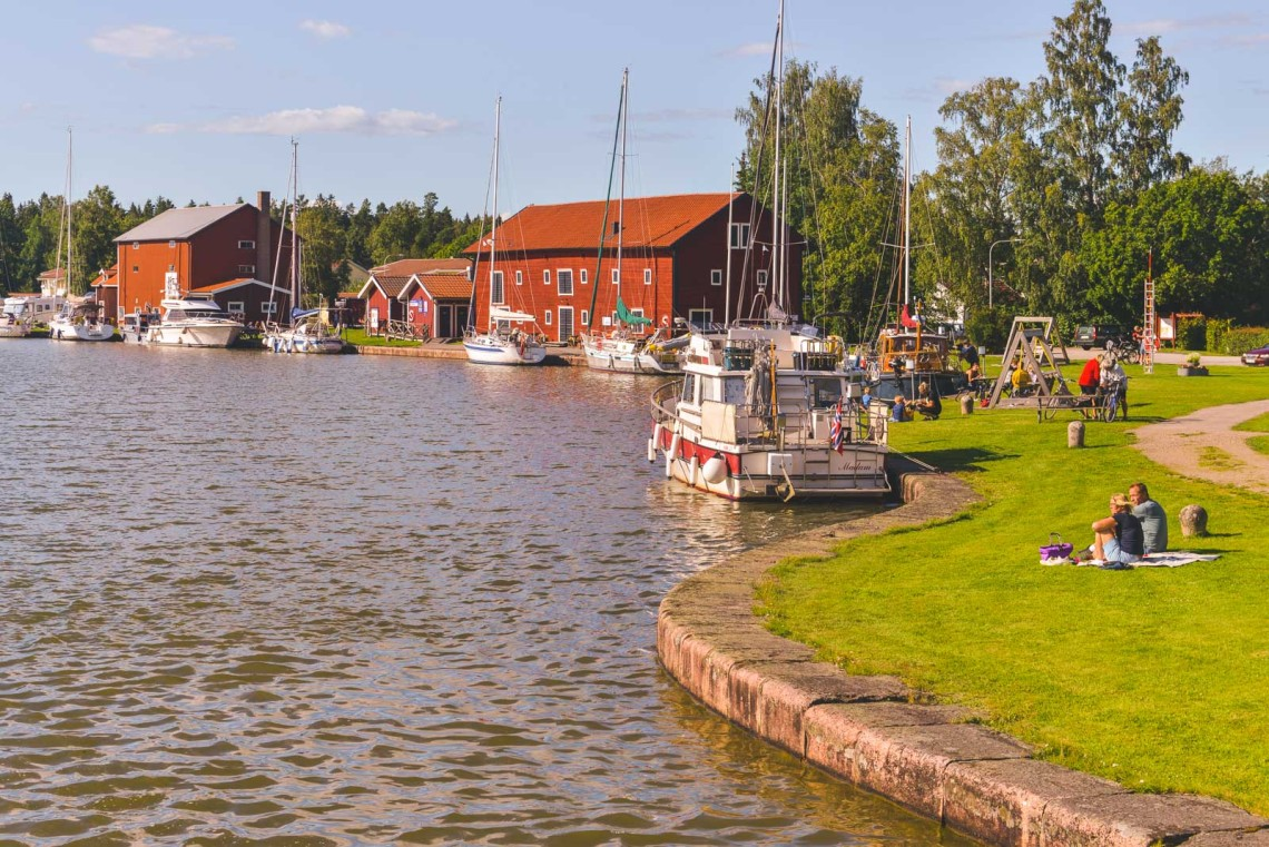Charmig liten by vid Göta Kanal