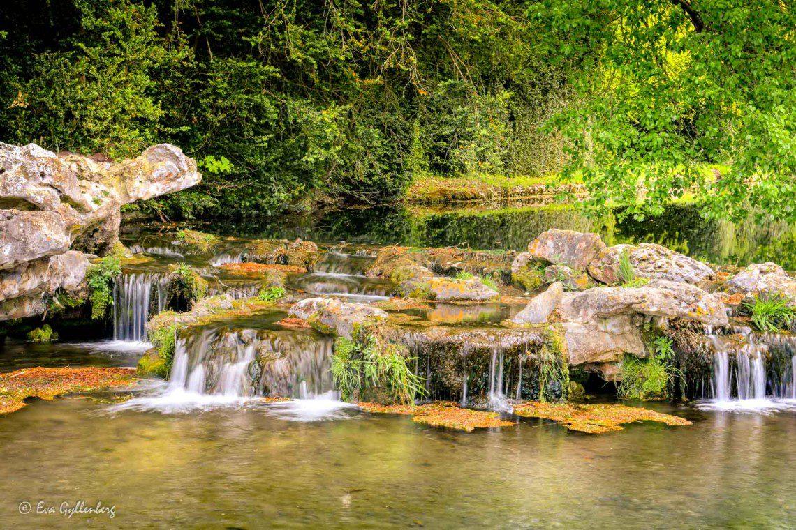 Ett litet vattenfall vid slottet