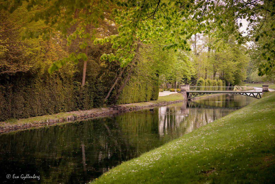 Slottsparken med en lite bro över vatten
