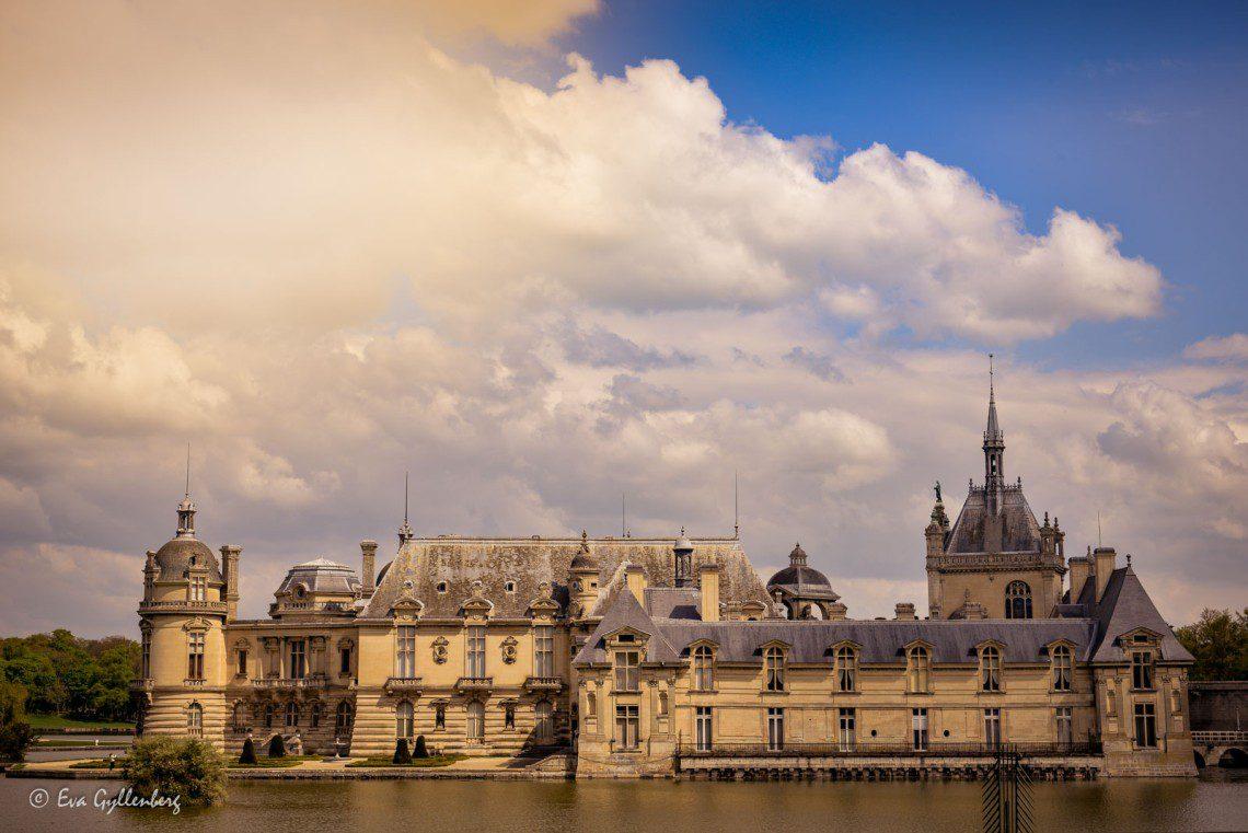 Slottet i Chantilly från utanför vallgraven