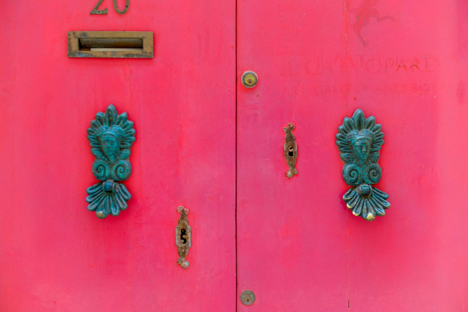 Röd port med vackra beslag