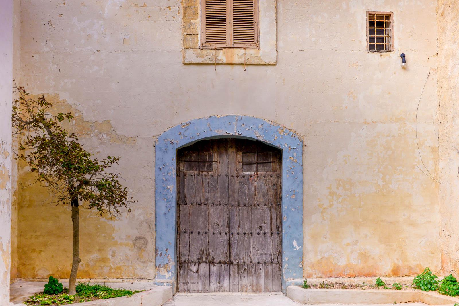 Port med blå kant i Mdina