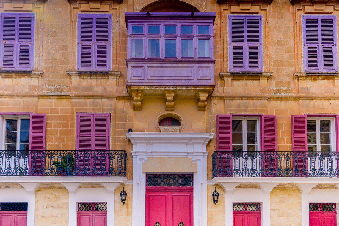 Lila och rosa fönster i Mdina