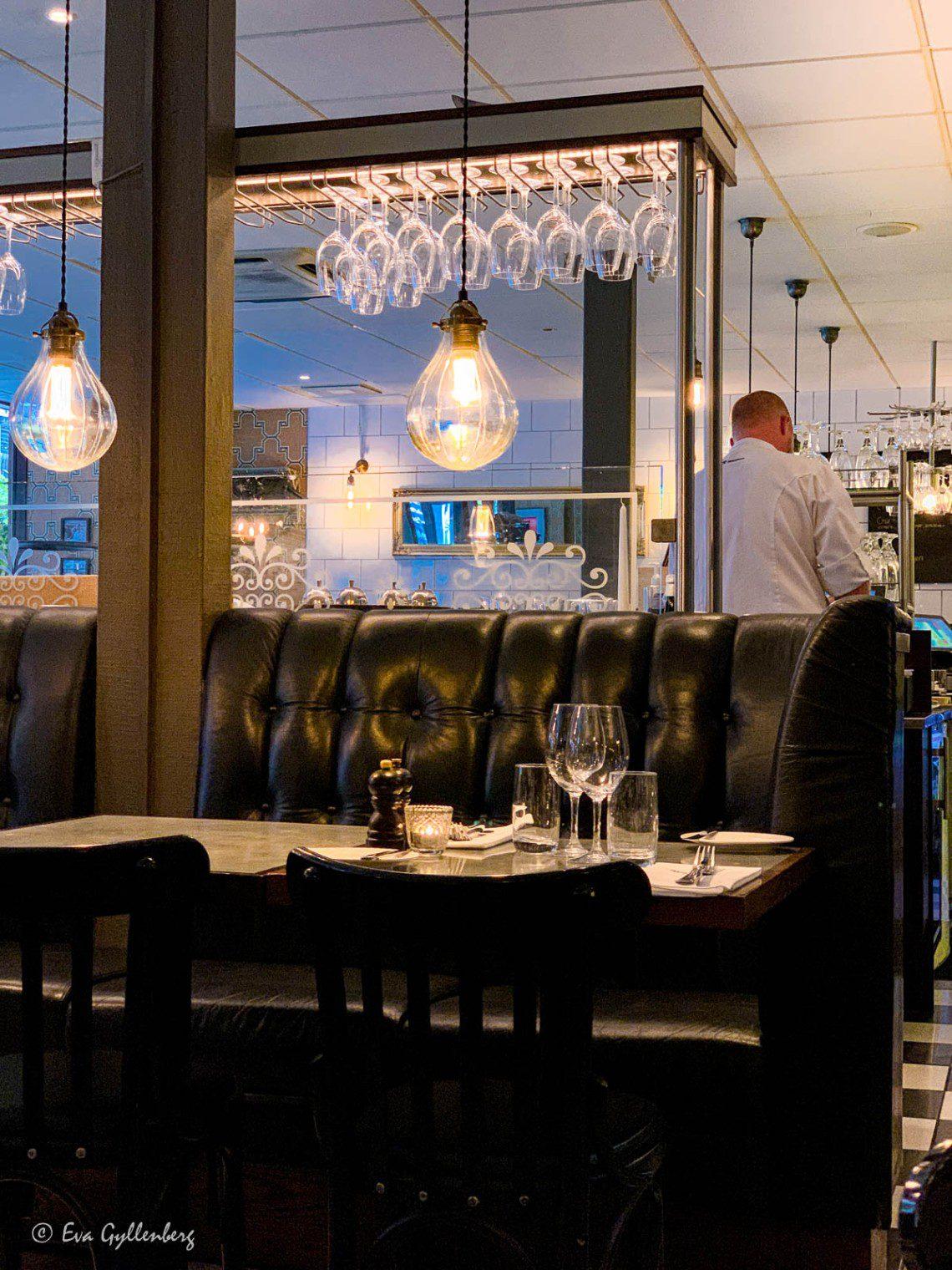 Restaurang med svarta skinnsoffor i Lund