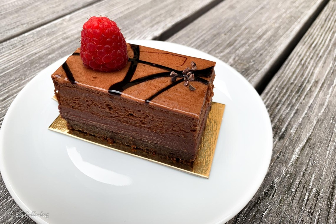 Chokladtårta med ett hallon