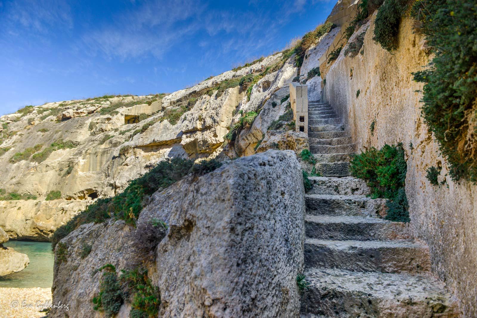 Trappor ner till den slingriga viken Wied il-Ghasri