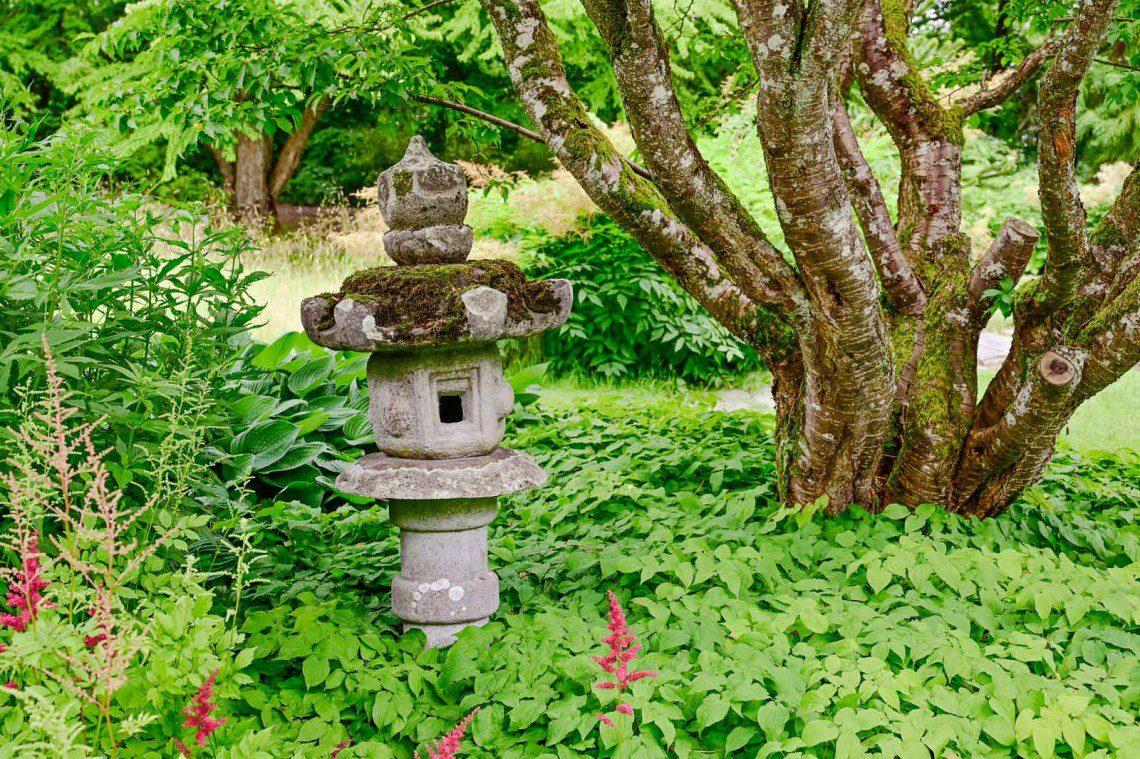 Litet stentempel i den japanska trädgården