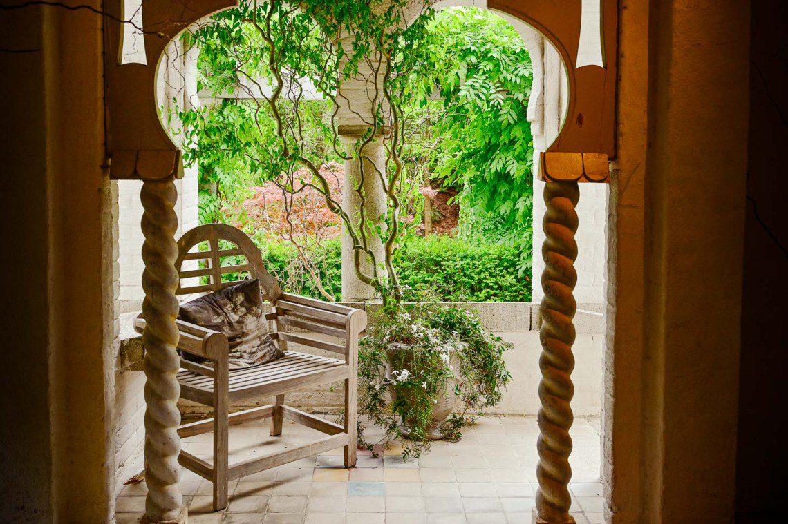 Trästol i den orientaliska trädgårdens lilla hus