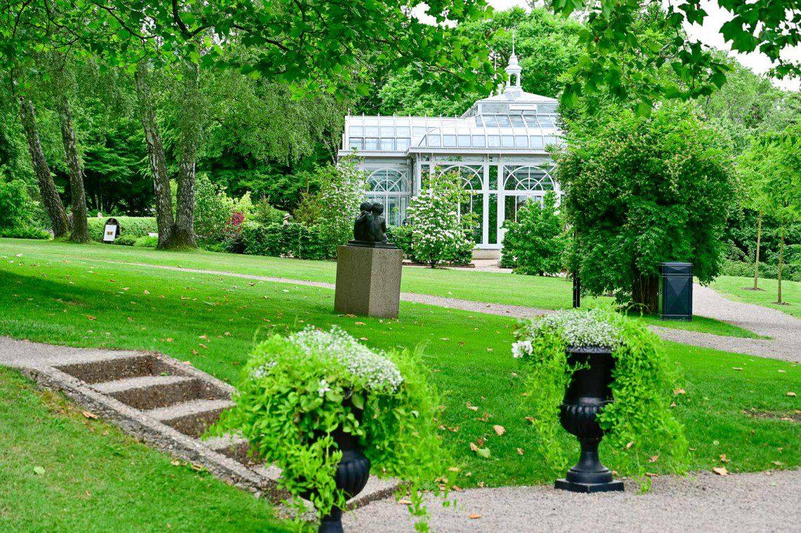 Växthus och gräsmatta