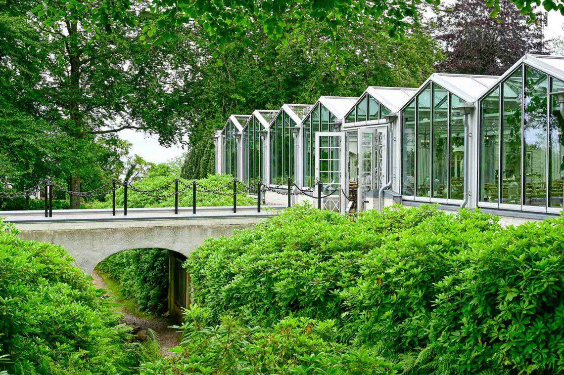Växthus vid Orangeriet med en bro över