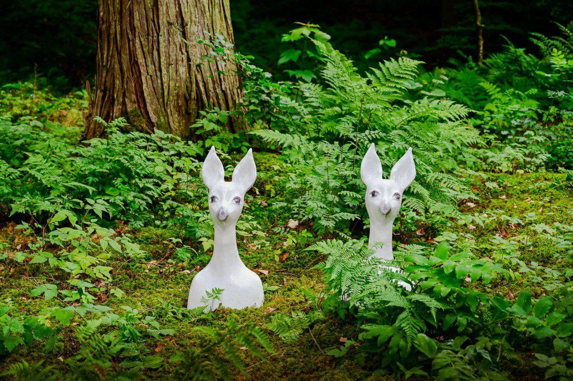 Två konstinstallationer i skogen