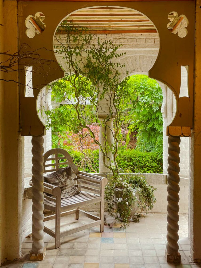 Inuti gazebon i den orientaliska trädgården