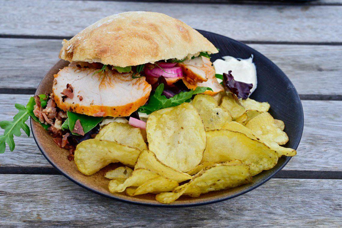 Club sandwich på en tallrik