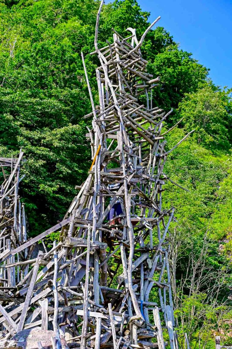 Pojke klättrar i ett av Nimis torn