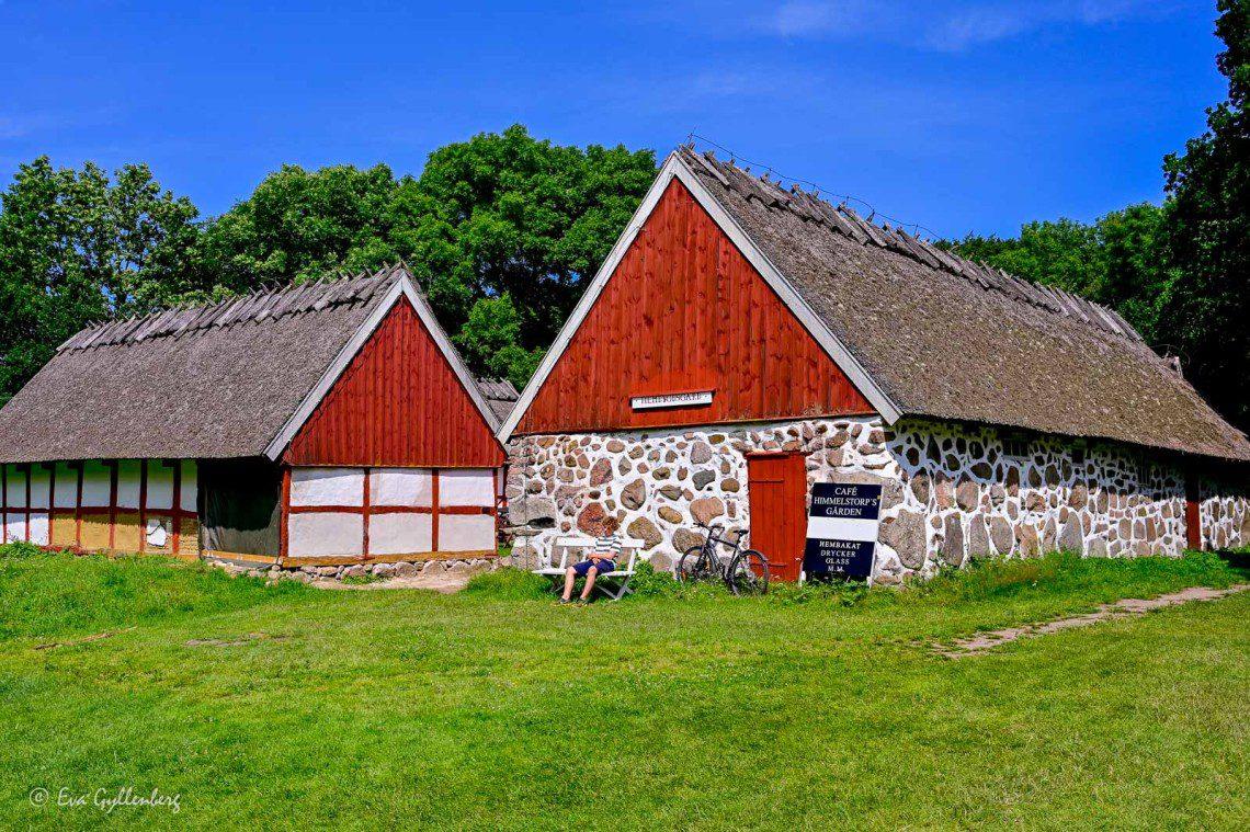 Himmelstorpsgården med halmtak och rödmålade sidor