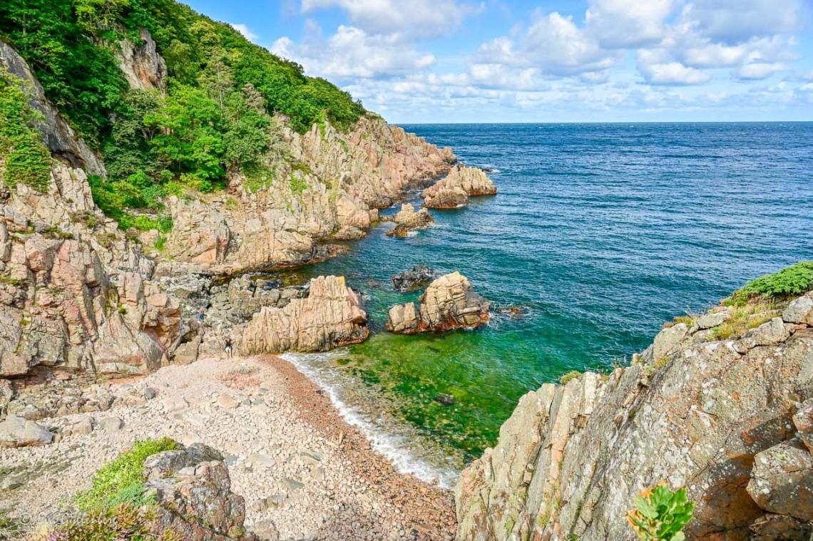Branta klippor ner till havet i Josefinelust