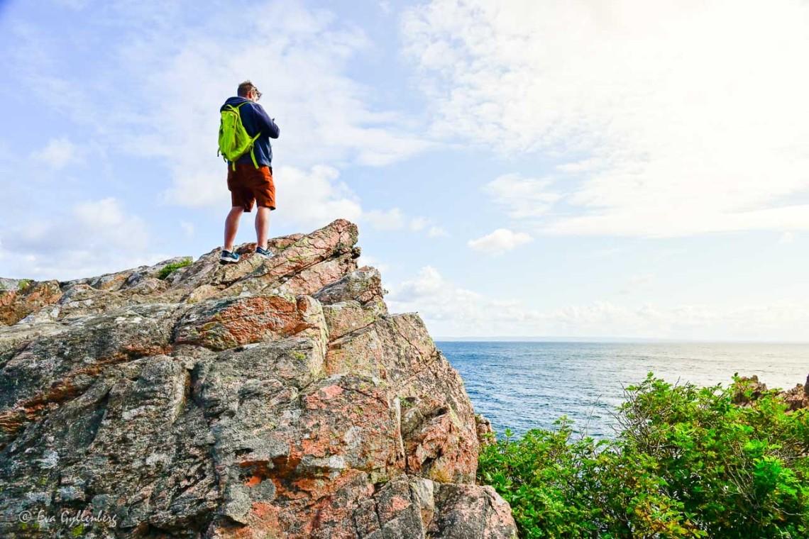 Man stående på klippa och tittar ut över havet vid Josefinelust